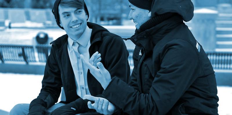 persone che fanno conversazione